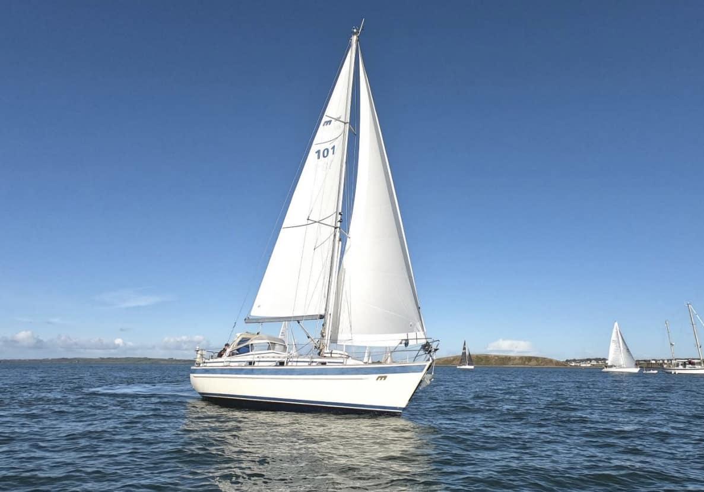 Yacht Amergin under sail